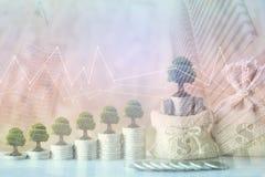 Exposición doble de los árboles que crecen en el dinero de las monedas con el bolso a del dinero imágenes de archivo libres de regalías