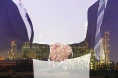 Exposición doble de sacudir la mano entre el hombre de negocios y el negocio fotos de archivo libres de regalías