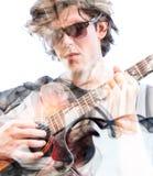 Exposición doble de un cantante talentoso atractivo que juega su COM de la guitarra Fotografía de archivo libre de regalías