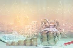 Exposición doble del gráfico en la pila de dinero de las monedas y del b de cristal imágenes de archivo libres de regalías