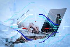 Exposición doble del hombre de negocios del éxito usando ingenio del ordenador portátil imagenes de archivo