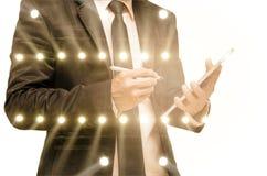 Exposición doble del hombre de negocios con la iluminación del concierto del st fotos de archivo