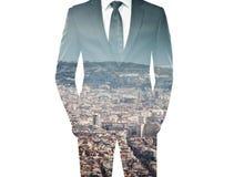 Exposición doble del hombre de negocios en traje y ciudad negros imagenes de archivo