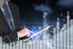 Exposición doble del hombre de negocios usando la tableta con la ciudad foto de archivo libre de regalías
