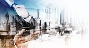 Exposición doble del hombre de negocios y de la ciudad abstracta Foto de archivo