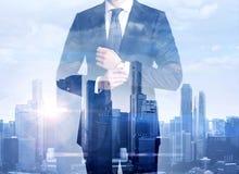 Exposición doble del hombre de negocios y de la megalópoli Imagenes de archivo