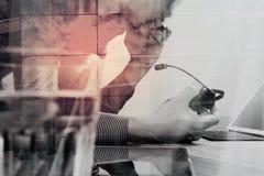 Exposición doble del hombre que usa las auriculares de VOIP con la tableta digital co Foto de archivo libre de regalías