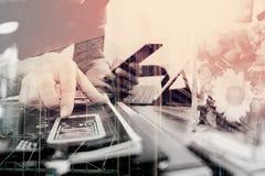 Exposición doble del hombre que usa las auriculares de VOIP con la tableta digital co Foto de archivo
