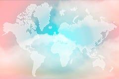 Exposición doble del mapa del mundo sobre la nube coloreada pastel dulce imagen de archivo libre de regalías