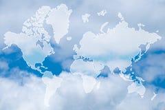 Exposición doble del mapa del mundo sobre la nube coloreada pastel dulce foto de archivo