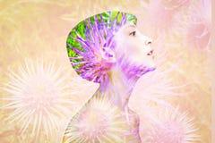 Exposición doble hecha con la mujer hermosa desnuda joven con las flores sanas de la piel y de la primavera fotos de archivo libres de regalías