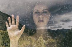 Exposición doble una hembra detrás de la ventana Imagen de archivo