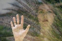 Exposición doble una hembra detrás de la ventana Foto de archivo