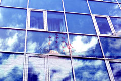 Exposición doble Windows de un edificio con las nubes reflexivas, naturaleza, montañas, mar, nave Fotografía de archivo