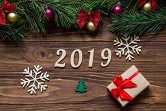 Exposición extremadamente original de 2019 con dos copos de nieve hermosos blancos, el abeto verde del cartón y una caja de regal Imágenes de archivo libres de regalías