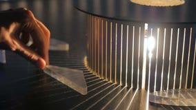 Exposición interactiva en museo de ciencia - efecto de la refracción metrajes