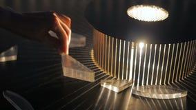 Exposición interactiva en museo de ciencia - efecto de la refracción almacen de metraje de vídeo