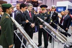 Exposición internacional de la defensa en Abu Dhabi Imagenes de archivo