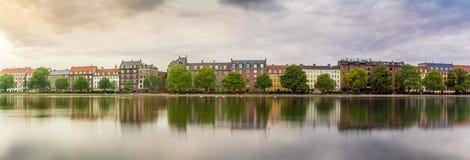 Exposición larga con las casas de la orilla del lago en ciudad Fotos de archivo