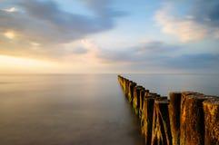 exposición larga de empujes de madera en el mar Báltico Imágenes de archivo libres de regalías