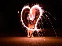 Exposición larga de la bengala que hace una forma del corazón Foto de archivo