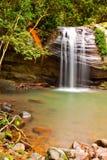 Exposición larga de la cascada pintoresca Fotografía de archivo libre de regalías