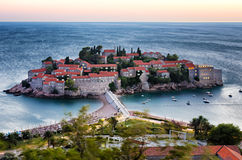 Exposición larga de la isla de Sveti Stefan en Budva, Montenegro en el twi Imagen de archivo