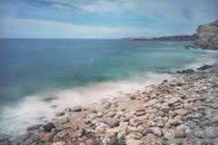 Exposición larga de la playa y de las rocas Imágenes de archivo libres de regalías