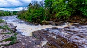 Exposición larga del agua que rabia que conecta en cascada abajo del río imagenes de archivo