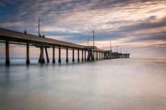Exposición larga del embarcadero en la puesta del sol, en la playa de Venecia Fotos de archivo libres de regalías