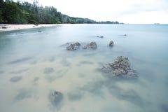 Exposición larga del mar y de rocas imagen de archivo