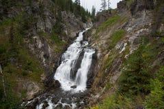 Exposición larga del paisaje de la cascada en el parque nacional de Yellowstone fotografía de archivo libre de regalías