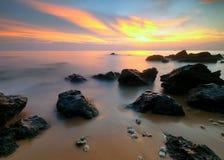 Exposición larga del paisaje marino - opinión de la puesta del sol fotografía de archivo libre de regalías