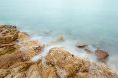 Exposición larga del paisaje marino soñador y de las rocas Imagenes de archivo