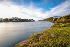 Exposición larga del río de Kowie que atraviesa el puerto deportivo Foto de archivo libre de regalías