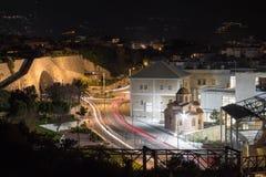 Exposición larga en el paisaje Heraklion del movimiento de las luces de los coches de la calle de la noche imágenes de archivo libres de regalías