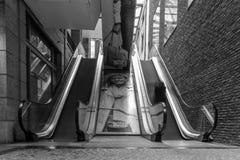 Exposición larga en las escaleras móviles de un centro comercial imagenes de archivo