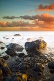Exposición larga Waterscape en Ka'Ena Point, Hawaii, durante puesta del sol Foto de archivo