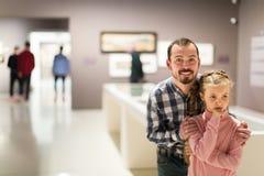 Exposiciones de exploración alegres del padre y de la hija en museo Fotos de archivo libres de regalías