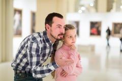 Exposiciones de exploración concentradas del padre y de la hija en museo Imagen de archivo libre de regalías