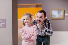 Exposiciones de exploración satisfechas del padre y de la hija en museo Fotos de archivo libres de regalías