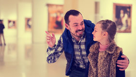 Exposiciones de exploración sonrientes del padre y de la hija en museo Fotografía de archivo libre de regalías