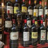Exposição do vinho francês em uma janela da loja de Paris Foto de Stock