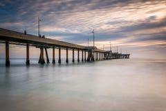 Exposição longa do cais no por do sol, na praia de Veneza Fotos de Stock Royalty Free