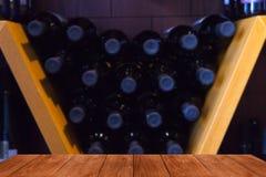 Expositie van de wijnmakerij in Georgië Mening van donkere houten gangw Royalty-vrije Stock Foto