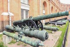 Expositie van oude boomstammen en kanonnen Royalty-vrije Stock Foto
