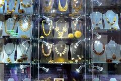 Exposition ambre de boutique dans la perspective de Gediminas de ville de Vilnius Images libres de droits