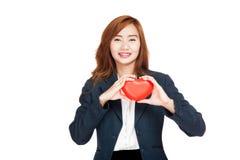Exposition asiatique de femme d'affaires un coeur rouge Photo libre de droits