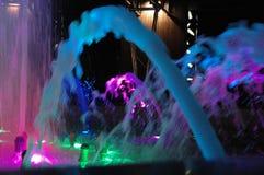 Exposition colorée de fontaine de nuit Fontaine d'eau colorée lumineuse Image libre de droits