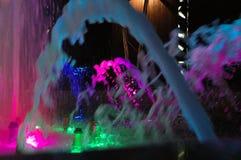 Exposition colorée de fontaine de nuit Fontaine d'eau colorée lumineuse Photo stock